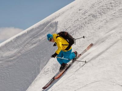 Telemark skier in blue & yellow